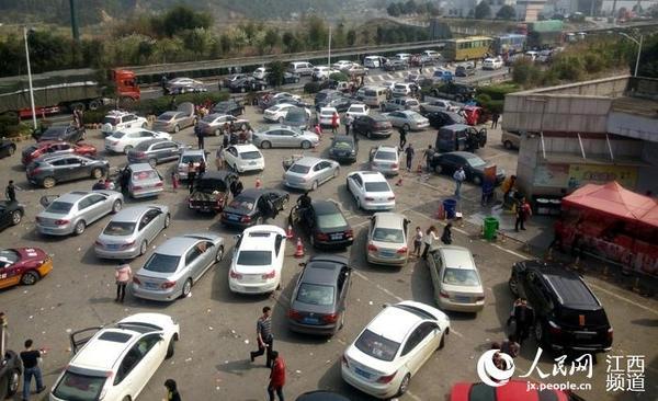 大广高速遂川服务区内集中了大量车辆(李榜桃/摄)-车辆集中奔赴沿