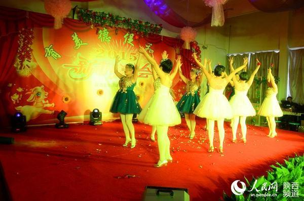 场舞春天里的故事_戒毒女学员表演舞蹈《春天的芭蕾》 .庞铭 摄