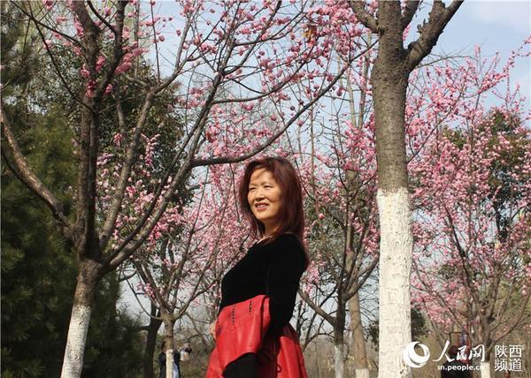 最美的花和最美的人 梁锦/摄-三月春风暖 正是赏花好时节图片