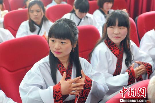 国学班的学生们身穿汉服李传平摄