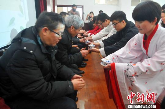 学生身穿传统汉服奉茶拜师李传平摄