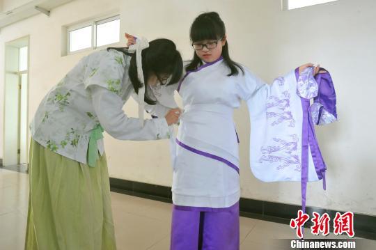同学间互相帮忙穿好汉服李传平摄