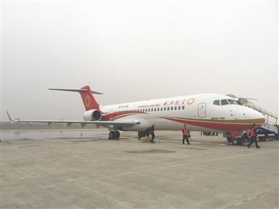 arj21—700飞机安全降落在南通机场