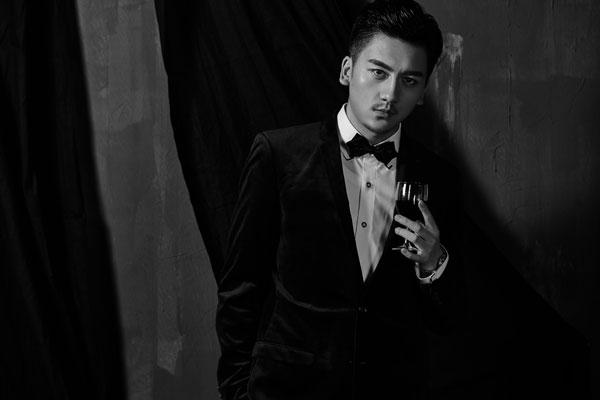 青年演员康磊为某杂志拍摄的一组时尚大片曝光.大片中康...