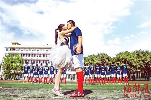 """队员们决定支持学长拍一组创意婚纱照,送上祝福,""""这世间,唯有足球与图片"""