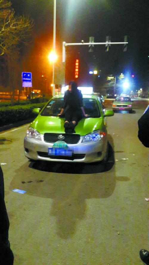 这名喝了酒的女子坐在车前盖上-咦 大晚上办车展 还是出租车展图片