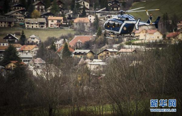 3月25日,在法国南部阿尔卑斯山区,一架飞往失事客机出事地点的直升机经过塞讷小镇。当日,德国之翼航空公司失事客机的搜救工作继续展开。调查人员已经寻获一个黑匣子,正在调查空难发生原因。 新华社记者陈晓伟摄