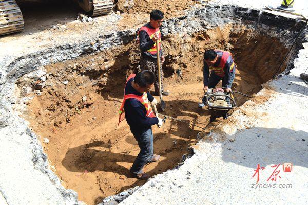 金杯路塌方 中原网讯(记者 王军方 文/图)3月28日,北三环和金杯路交叉口北边发生塌方,施工范围是南向北行驶的两个机动车道。目前,市政部门正在紧张施工中。 现场一个宽近3米、长7米左右、深近2米的坑里,3名工人正在用冲击夯弹压路基。基坑占压的两个机动车道,分别为左转、右转车道,基坑两边仍有左转、右转车道可供通行。 我们昨天下午4点多接到市民举报,得知这里出现了塌陷。我们赶到后发现,塌洞只有窨井盖大小,但塌洞周围的路面已经悬空。市政工程管理处养护五所副所长扶涛涛说。 同时,记者注意到,开挖现场原来就有