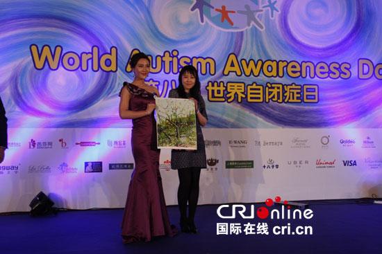 爱心人士拍下自闭症儿童创作的美术作品 摄影:刘雯