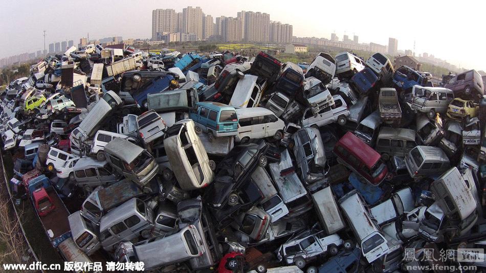 一座由废弃汽车叠起来的山(组图)