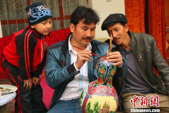 新疆库车聋哑画家用画笔绘制多彩人生