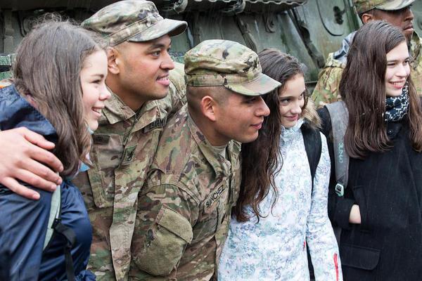 美国大兵来了 捷克美少女冒大雨迎接亲密搂抱