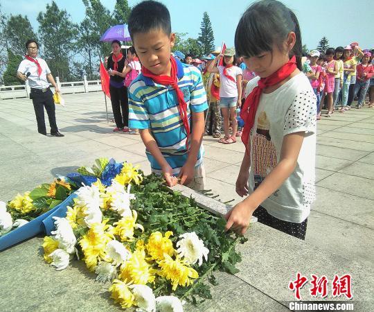 小学生向孙中山先生雕像