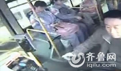 助学公交,是菏泽市政府为方学生上学而设立的一项民心工程,给学生的上下学带来了方便。近几日,助学公交车驾驶员冯师傅却被一名十几岁的学生辱骂。(视频截图)