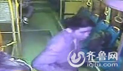 冯师傅今年快50岁了,作为一名公交司机,却被一名十几岁的学生辱骂,这使得冯师傅感到非常愤怒。(视频截图)