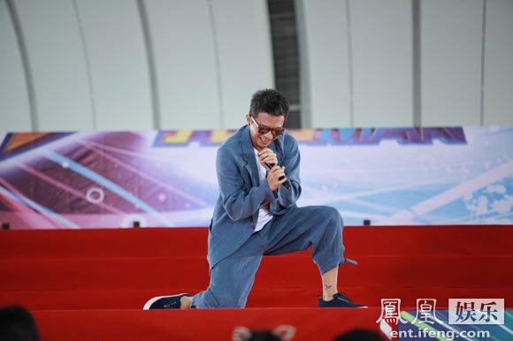 《跑男》邓超Angelababy奔到广州 录制现场大量保安(图)