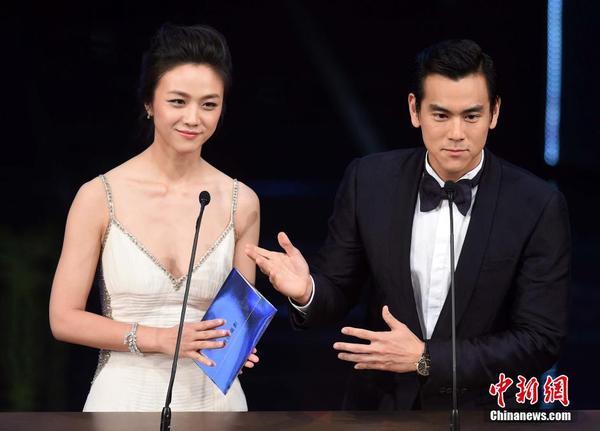 电影金像奖举行颁奖仪式,汤唯(左)、彭于晏担任颁奖嘉宾. 中新