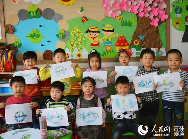 社区携手幼儿园的小朋友们用绘画的形式表达爱护地球