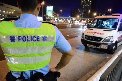 警方在全港各地置路障,搜捕在逃悍匪。(香港《明报》网站/刘焌陶摄)