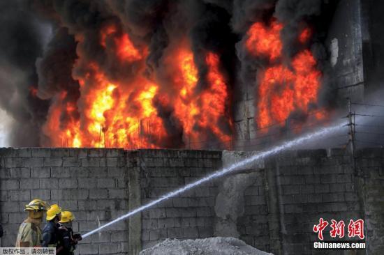 当地时间2015年5月13日,菲律宾巴伦苏埃拉,当地一家橡胶拖鞋厂发生火灾。