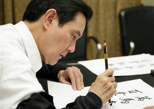马英九写毛笔字。(图片来源:台湾东森新闻)