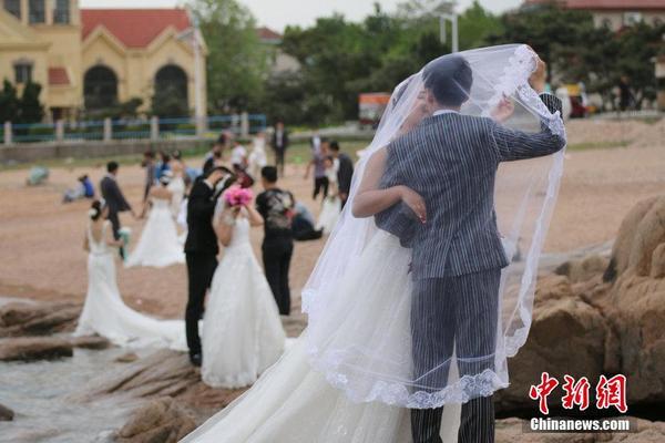 5月19日,山东省青岛市,新人在海滨拍摄婚纱照.