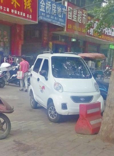 四轮电动车 疯狂 撞人群 市民担心其安全隐患高清图片