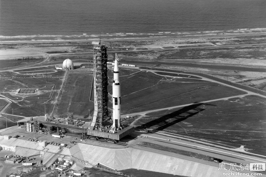 """实际上,""""土星5号""""产生的推力高达3500吨,但大部分用来""""拖""""起火箭自身和2000多吨燃料。所以推力虽然很高,但真正能利用寥寥无几,也就是说,现在的火箭虽然大,但效率却极其低下。"""