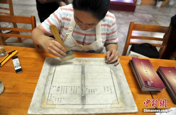 修复技艺所需的特殊材料与工具,近距离体验了古典书籍制作的基本流程