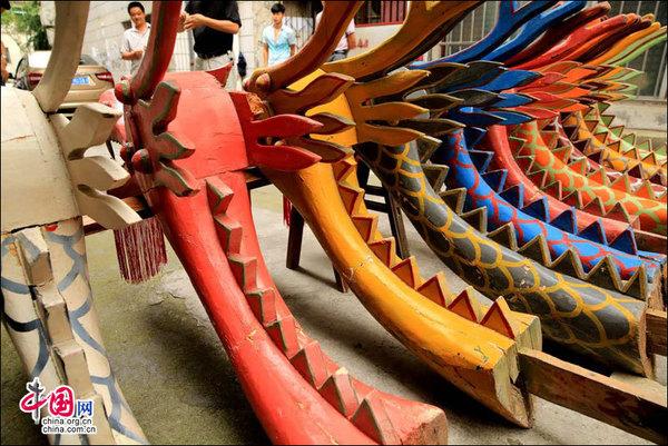 峡江龙舟龙头和龙尾,这些木质龙头龙尾系纯手工制作