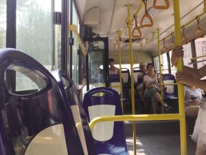公交上被女孩碰臀学生讨说法 校方 男生梦女生亲嘴与到图片