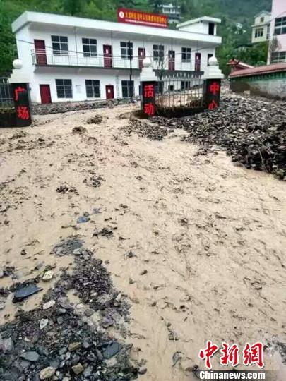建始县一村委会广场被冲毁 刘定坤 摄