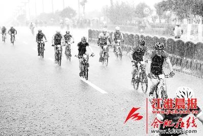 选手们冒雨奔向终点.