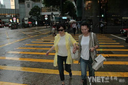 林青霞素颜与友人逛街扫货