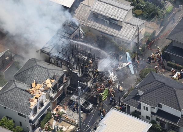 日本一小型飞机坠毁砸民宅致3人死亡(组图)