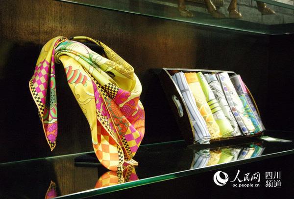 彭丽媛曾将一款大熊猫蜀绣作为国礼赠送外国友人,图为蜀锦织绣商品.图片