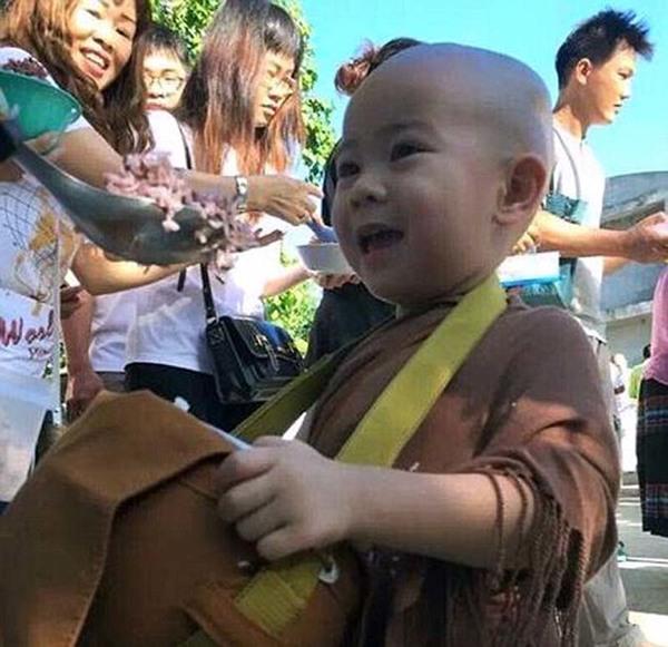 近日,泰国一个2岁半的小沙弥在念经时打瞌睡,小和尚呆萌的可爱模样