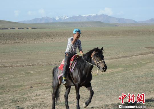 甘肃肃北蒙古族学生骑马挤奶放牧 过别样暑假