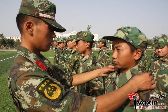 军训教官指导学生正确的军姿