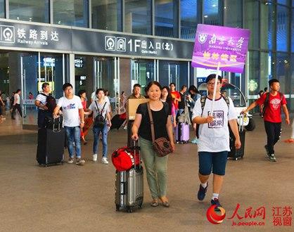 南京大学计算机系学生志愿者引领新生前往接待处
