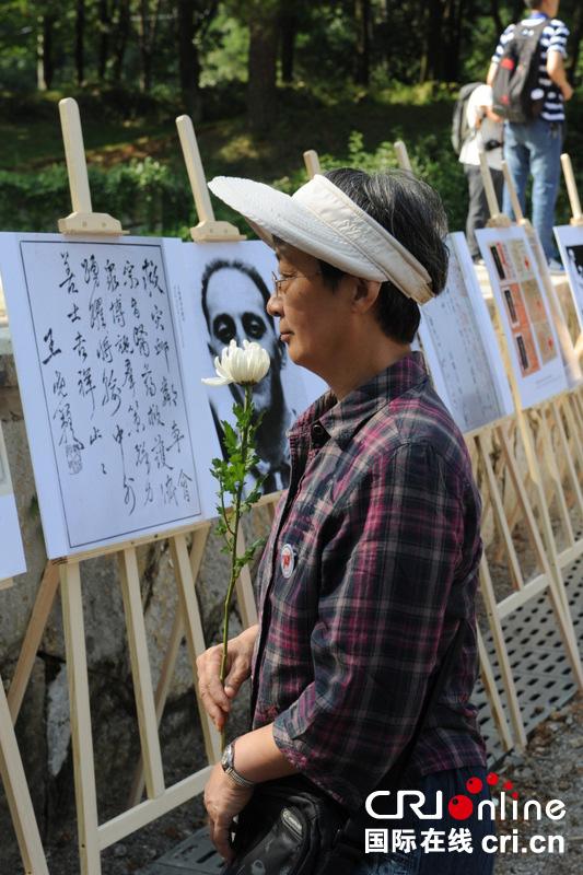 参观历史图片展的观众 摄影:刘建峰