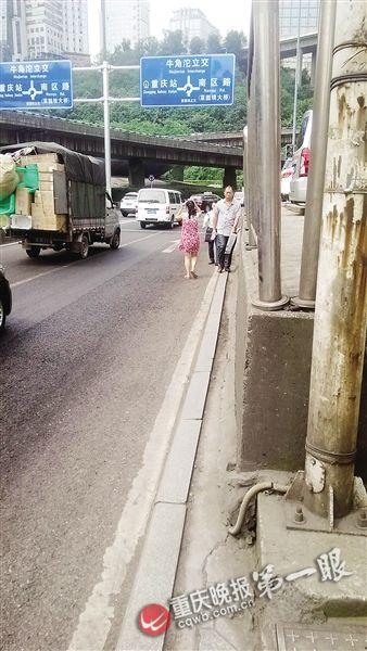 人行道不足10厘米 重庆现最窄人行道引围观