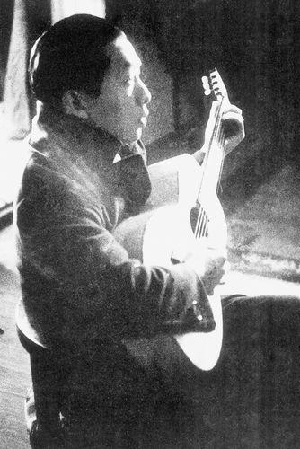 聂耳在日本练习吉他。 记者李茜茜翻拍