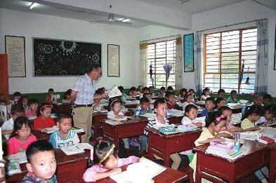 山阳县一年级小学两个55人混搭上课看书好小学生什么图片