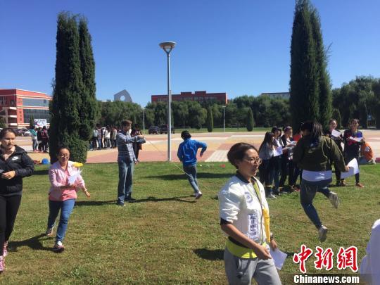 教师节当天,中外师生在校园草坪上做起中国游戏 王舒 摄