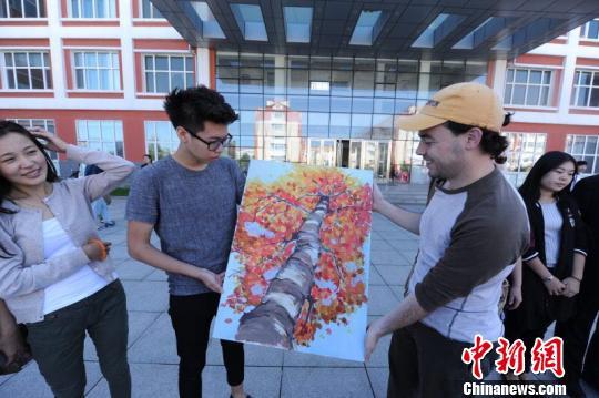 中国学生向外国教师赠送亲手绘制的教师节礼物 王舒 摄
