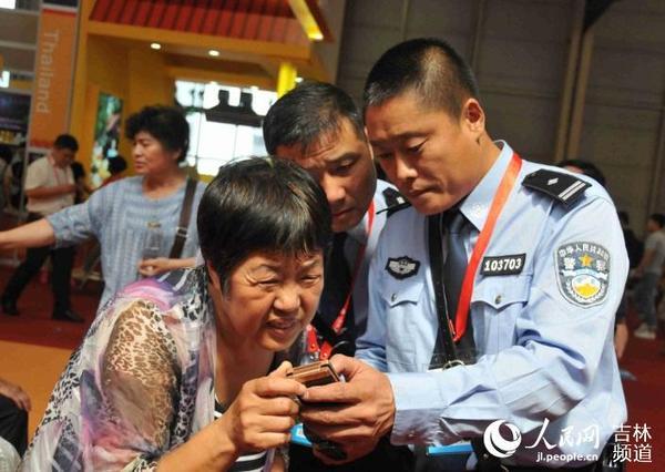 中国聋哑和日本_民警帮聋哑老人找家人.