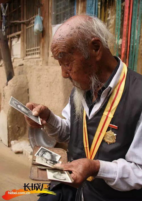老相片-老人在翻看旧照片.仝辉 摄-96岁抗战老兵 我所经历的抗日战争和开国图片