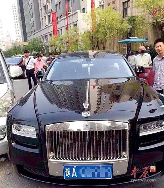郑州又一豪车被撞 面包车为避电动撞上宾利车损超10万