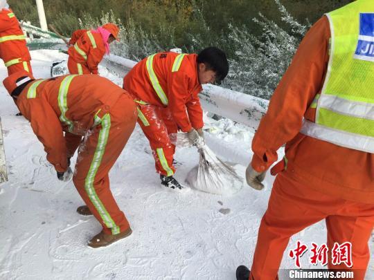 图为养护人员正在清理现场污染物。 甘富军 摄